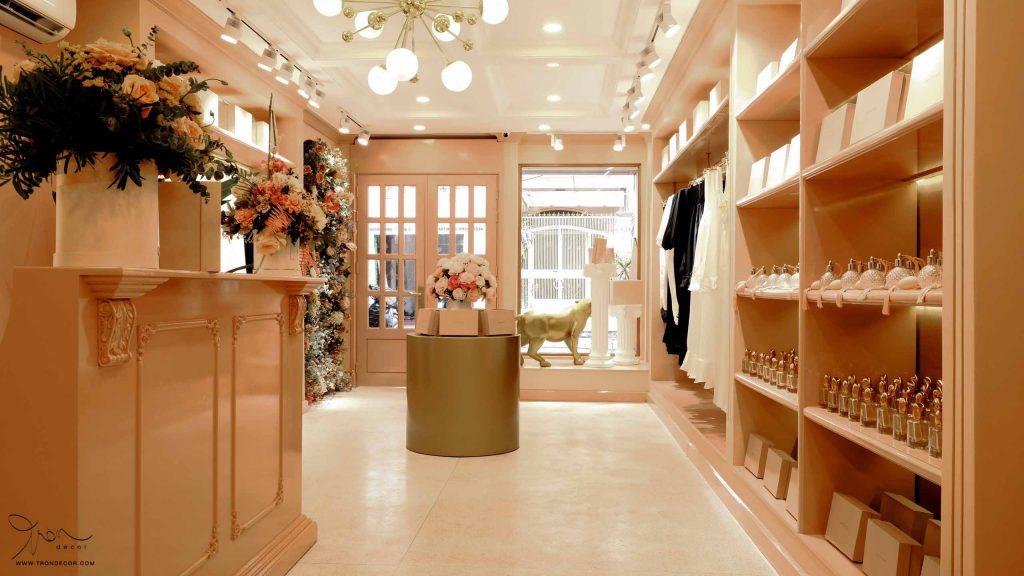 Hệ thống chiếu sáng phong phú trong thiết kế shop thời trang tạo ra hiệu ứng tốt cho không gian thực tế