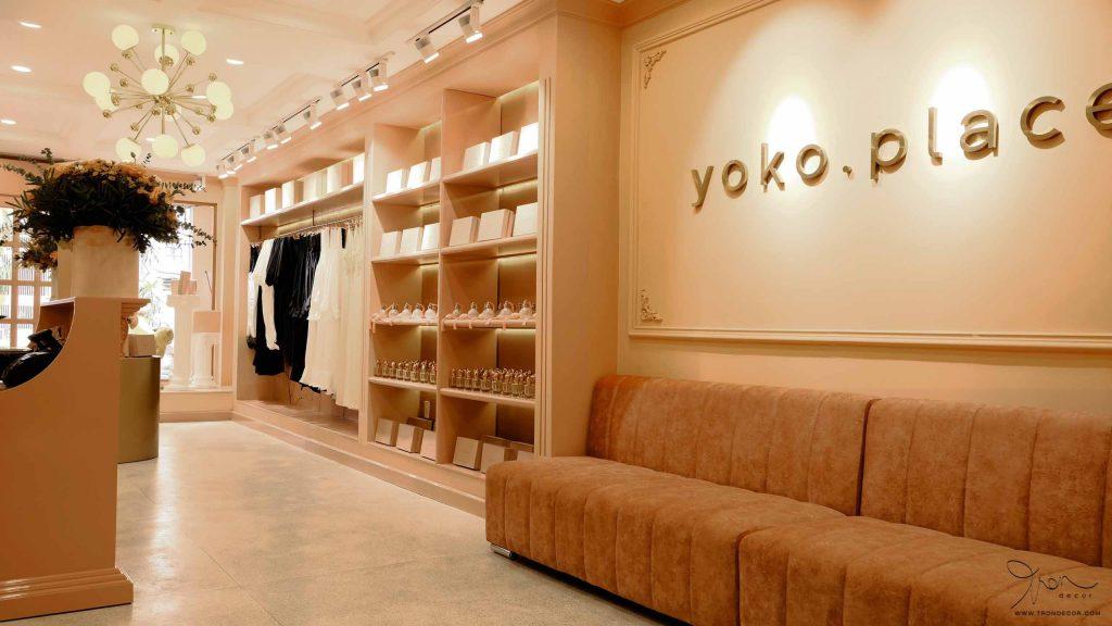 Shop thời trang Yoko Place với tông màu chủ đạo hồng san hô bao phủ toàn bộ shop